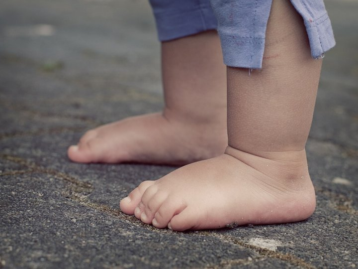Pozwólmy dzieciom chodzić boso!